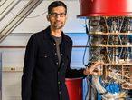 Sundar Pichai, presidente ejecutivo de Google, junto a uno de los ordenadores cuánticos de la compañía en su laboratorio de Santa Barbara (California).