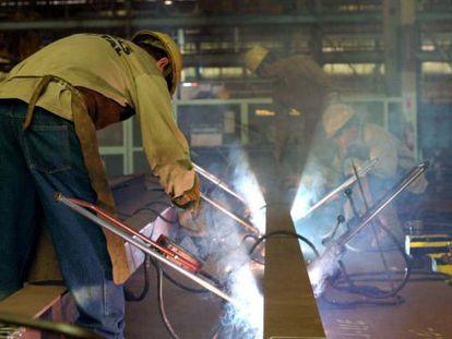 A indústria recuou em relação ao três últimos meses de 2014, 0,3%.