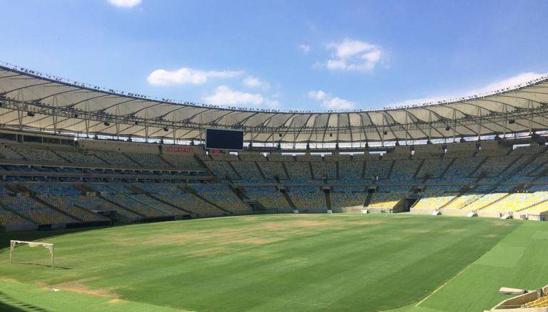 O abandonado Maracanã, enfim, volta a receber um jogo de futebol.