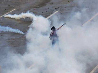 Protesto contra Maduro é reprimido com gás em Caracas na segunda.