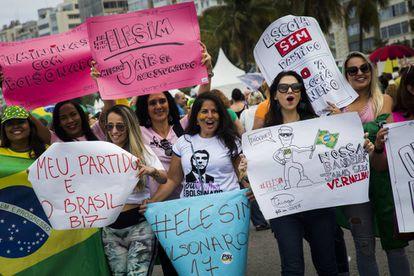 Mulheres se manifestando a favor de Bolsonaro.