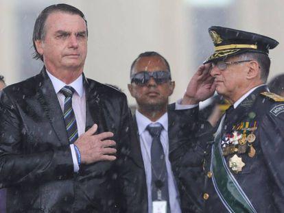 Bolsonaro com comandante do Exército durante cerimônia em Brasília, em 2019.