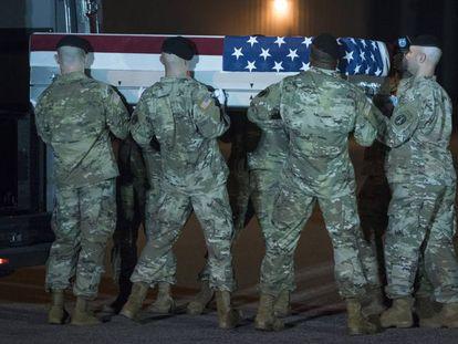 Soldados norte-americanos transportam os restos mortais de Elis Barreto Ortiz, que morreu em um atentado em Cabul em 5 de setembro.