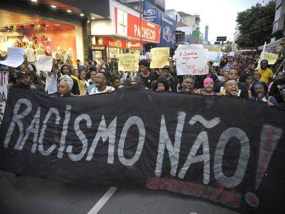 Manifestantes protestam contra a morte de jovens negros por PMs em 2015.