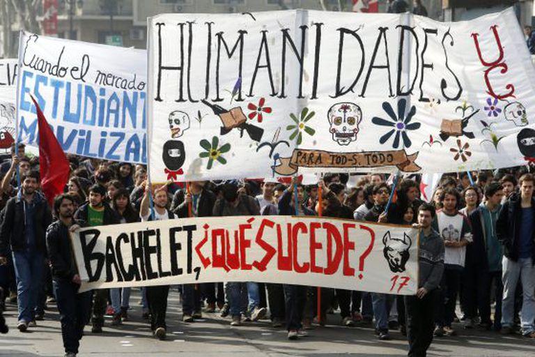 A manifestação estudantil em frente ao Palácio de La Moneda.