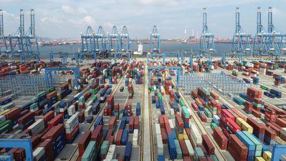 Terminal de contenedores en el puerto de Qingdao, en la provincia china de Shandong.
