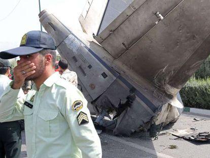 Destroços do avião acidentado, no aeroporto de Teerã.