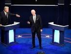 Alec Baldwin como Donald Trump y Jim Carrey como Joe Biden, en 'Saturday Night Live', el 3 de octubre de 2020 en Nueva York.