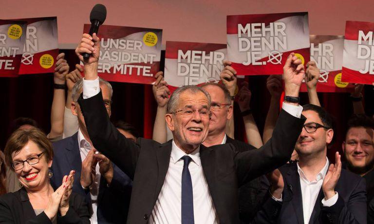 Van der Bellen celebra sua vitória nas eleições presidenciais, no domingo em Viena.
