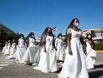 """FOTODELDÍA-AME2587. SANTO DOMINGO (REPÚBLICA DOMINICANA), 20/10/2020.- Estudiantes participan en la """"Marcha de las Novias"""", acto en el que se recuerda a las mujeres que han sido víctimas de violencia de género, hoy, en la Universidad Autónoma de Santo Domingo (UASD), en Santo Domingo (República Dominicana). La """"Marcha de las Novias"""" se realiza anualmente con el objetivo de sensibilizar a la ciudadanía sobre la proliferación de la violencia de género en la República Dominicana. EFE/ Orlando Barría"""