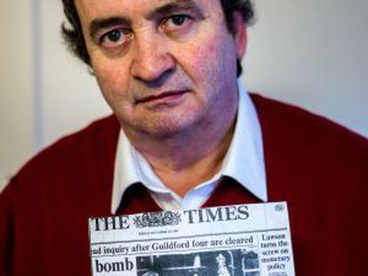 Gerry Conlon com uma cópia do jornal que noticiava sua libertação.