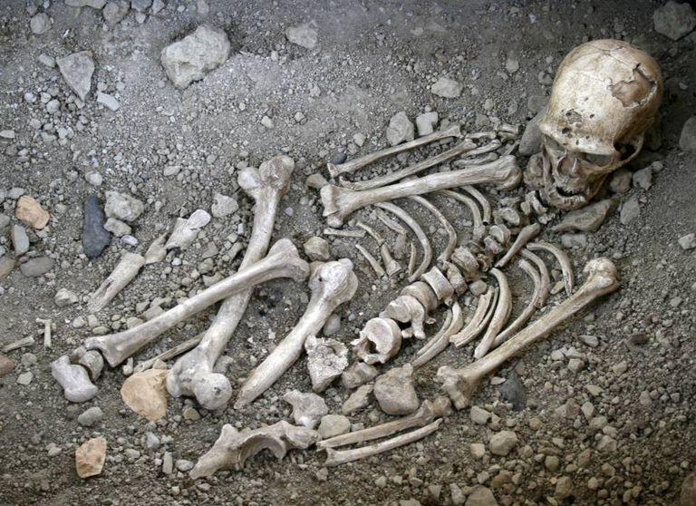 Reconstrução do enterro neandertal de La Chapelle-aux-Saints, França, o primeiro atribuído a uma espécie diferente do Homo sapiens.