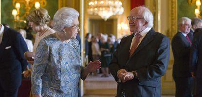 A rainha Elizabeth conversa com o presidente da Irlanda.