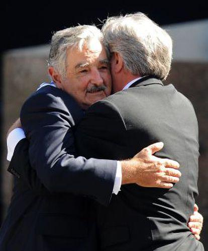 Mujica abraça Tabaré Vázquez.