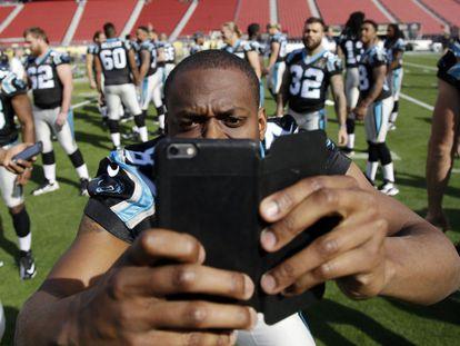 Stephen Hill, do Carolina Panthers, faz uma 'selfie' no estádio.