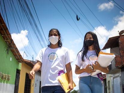 Os estudantes Samuel Rebouças e Mikaelle Honorato, que participam do projeto de busca ativa de colegas em Fortaleza.