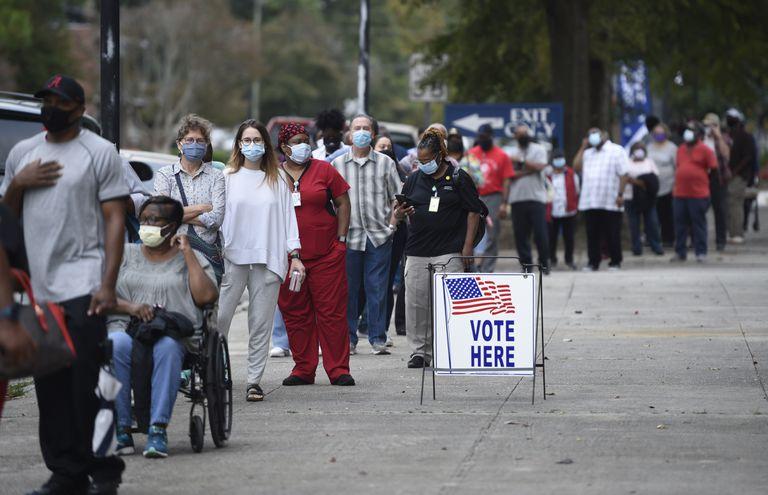 Dezenas de pessoas esperam em fila para votar antecipadamente para presidente, em Augusta (Geórgia).