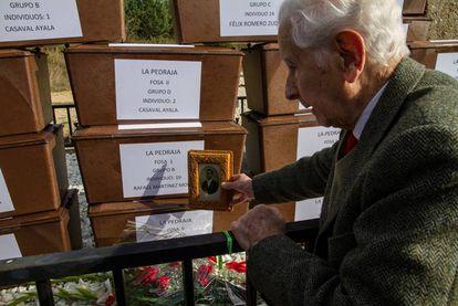 Rafael Martínez Martínez, com uma foto e os restos de seu pai.