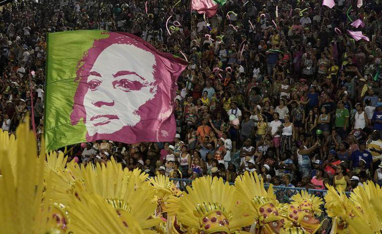Bandeira com o rosto de Marielle Franco no desfile da Mangueira.