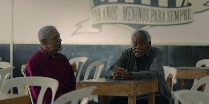 """Dorval e Coutinho, companheiros de Pelé no Santos, em cena do documentário """"Pelé"""", da Netflix."""