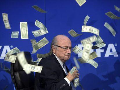 Um comediante britânico lançou em julho bilhetes sobre Sepp Blatte, presidente da FIFA para protestar pela corrução na entidade.