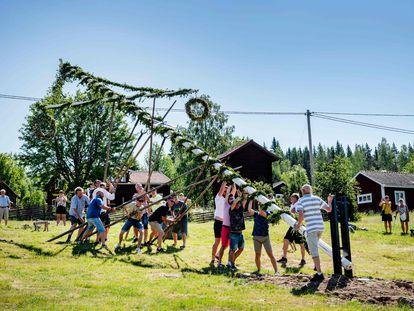 Festa do Midsummer em Sahi, na Suécia, no último dia 19 de junho: nenhuma medida de proteção entre os participantes.