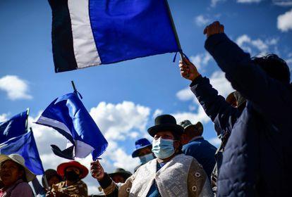 Seguidores do MAS comemoram a vitória de Luis Arce na cidade de El Alto, em 19 de outubro.
