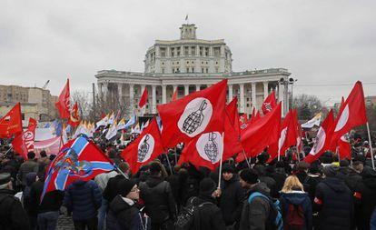 Manifestantes da oposição exigem melhoras econômicas e desenvolvimento numa manifestação em Moscou, coincidindo com o 28º aniversário do referendo de preservação da URSS e com os cinco anos da anexação da Crimeia.