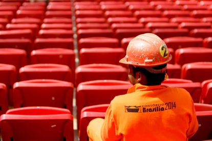Um trabalhador em Estádio Mané Garrincha em maio de 2013.