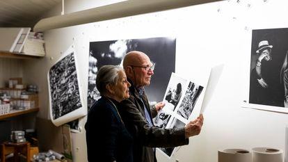 O casal formado por Sebastião Salgado e Lélia Wanick Salgado, fotografado no seu estúdio de Paris, trabalha na edição fotográfica. Seu novo livro e exposição, 'Amazônia', foi inaugurado em 20 de maio na Philharmonie de Paris.