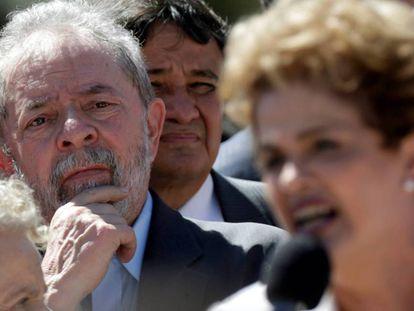 Lula escuta sua sucessora Dilma Rousseff, em maio de 2016.