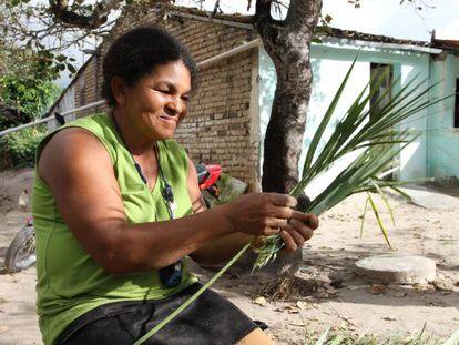 Uma mulher trabalha em um dos projetos da BrazilFoundation.