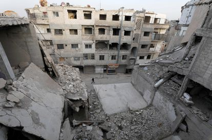 Edifícios destruídos em Duma, na Síria, nesta terça-feira.