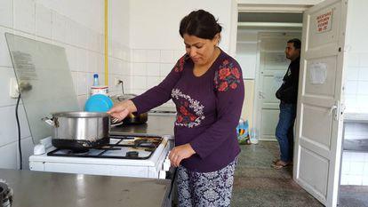 Chnar e seu marido, Obed Rasul, na cozinha do centro de refugiados de Galati
