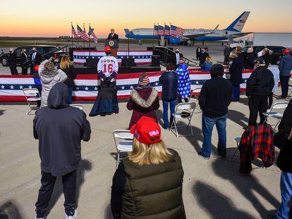 Trump realiza ato de campanha no aeroporto de Minnesota.