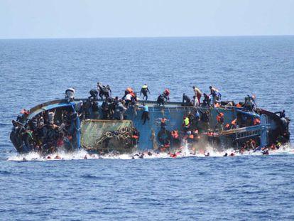 Um navio com migrantes a bordo afundou nesta quarta-feira durante uma operação de resgate na costa da Líbia.