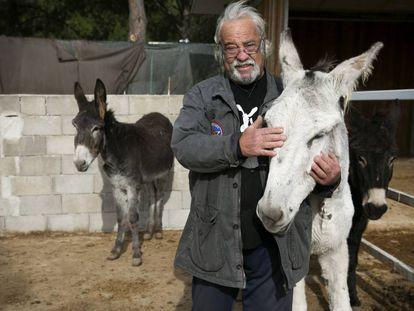 Dilfenio Romero, fundador da Burrolândia, nas instalações da associação.