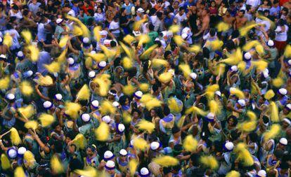 Um bloco desfilando no carnaval de Salvador.