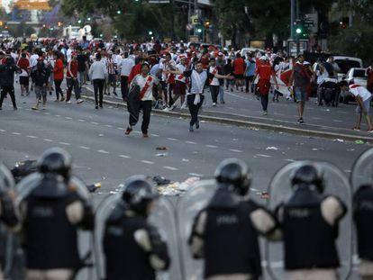 Torcedores do River enfrentam a polícia antidistúrbios no sábado em Buenos Aires.
