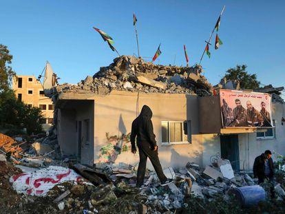 Palestinos nos restos da casa de Qassam Barghouti, demolida pelas forças israelenses na Cisjordânia, na segunda.