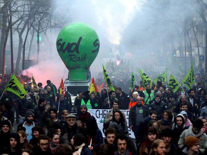 Manifestação de funcionários da SNCF, na última terça-feira, durante o primeiro dia de greve na estação de trem Gare de l'Est, em Paris.
