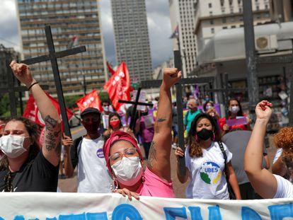 Mulheres protestam neste 8 de março por direitos e melhoria da gestão da pandemia no Brasil, em São Paulo.