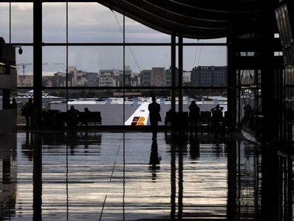 Um avião da Iberia, visto do terminal T4 do aeroporto de Madri-Barajas.