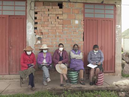 Doris Huallparimachi, Concepción Contoy, Aurelia Paccohuanca, Josefa Quispe e Felicitas Checca, vítimas de esterilizações forçadas durante o Governo de Alberto Fujimori, fotografadas nesta segunda-feira na localidade peruana de Anta.