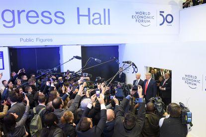 O presidente Donald Trump é recebido por jornalista na sua chegada ao Fórum Econômico Mundial.