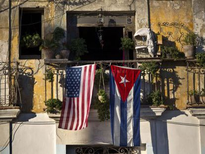 Bandeiras de Cuba e EUA penduradas em uma varanda de Havana.