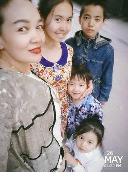 Selfie da família de Ablimit Tursun, pouco antes de chegar à Embaixada da Bélgica em Pequim, em 26 de maio.