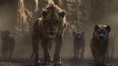 Scar (cuja voz na versão original é de Chiwetel Ejiofor) e as hienas, em uma imagem de 'O Rei Leão'.