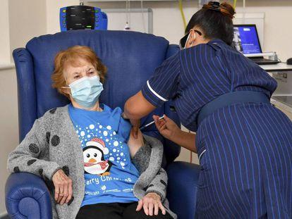 Vacinada aos 90. Uma enfermeira do Hospital Universitário de Coventry (Inglaterra) aplica à paciente Margaret Keenan, de 90 anos, a vacina da Pfizer/BioNtech contra a covid-19, em 8 de dezembro. Keenan se tornou assim a primeira pessoa vacinada no Reino Unido, que se antecipou aos outros países europeus e aos EUA na autorização do soro contra o novo coronavírus.