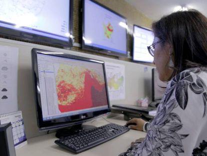 Mulher trabalha no mapa do Monitor de Secas do Nordeste Brasileiro.